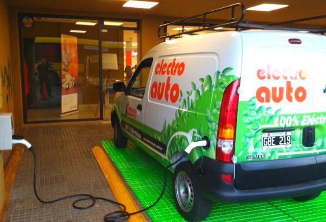 Firman convenio para impulsar la reconversión eléctrica de vehículos utilitarios